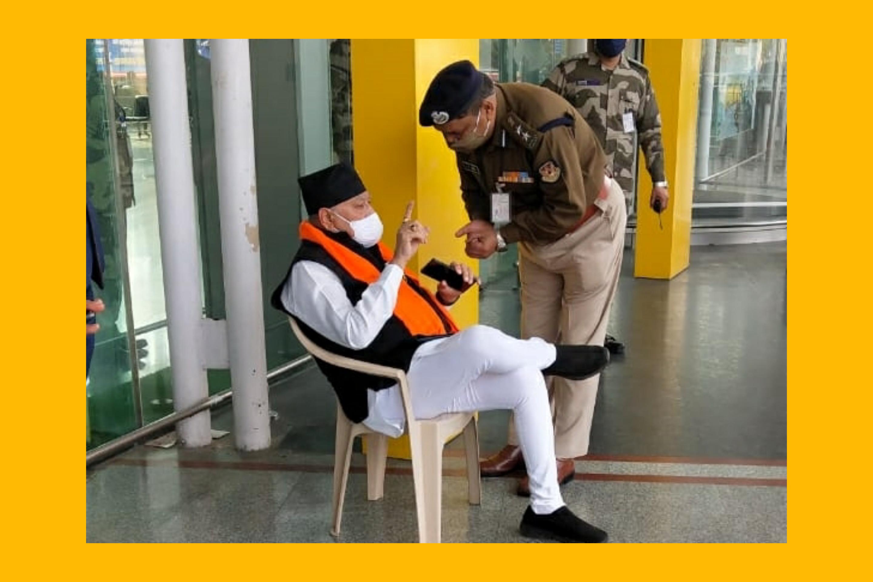 जब पीएम मोदी के भाई नेअमौसी एयरपोर्ट पर किया ड्रामा When PM Modi Brother sits on Dharna at Lucknow Airport